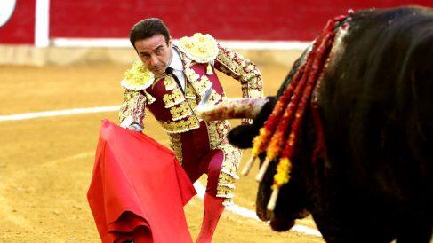 Enrique Ponce durante la faena a su primer toro este viernes en Zaragoza (Foto: EFE).