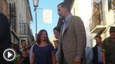 Felipe VI y la presidenta balear Francina Armengol en las calles de Sant Llorenç. Foto: Europapress