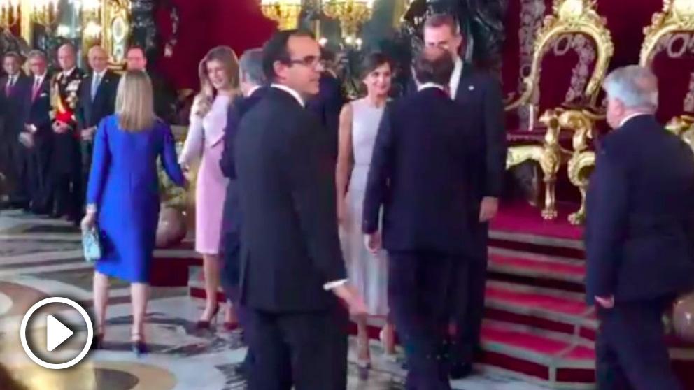 Pedro Sánchez y Begoña Gómez se saltan el protocolo y se colocan al lado de los Reyes Felipe y Letizia durante el tradicional besamanos del 12 de octubre.
