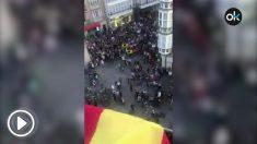 Iñaki Aramburu cuelga una bandera de España en su balcón y paso esto.