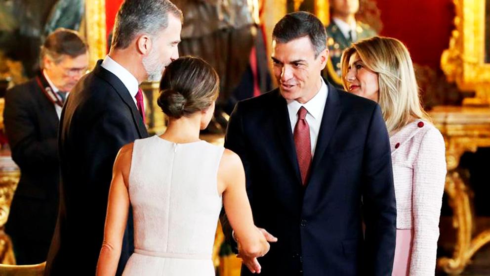 Pedro Sánchez saluda a los Reyes.
