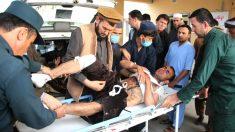 Los servicios sanitarios atienden a un herido (Foto: AFP).
