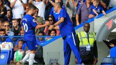 Sarri saluda a Hazard tras sustituirle en un partido con el Chelsea. (Getty)