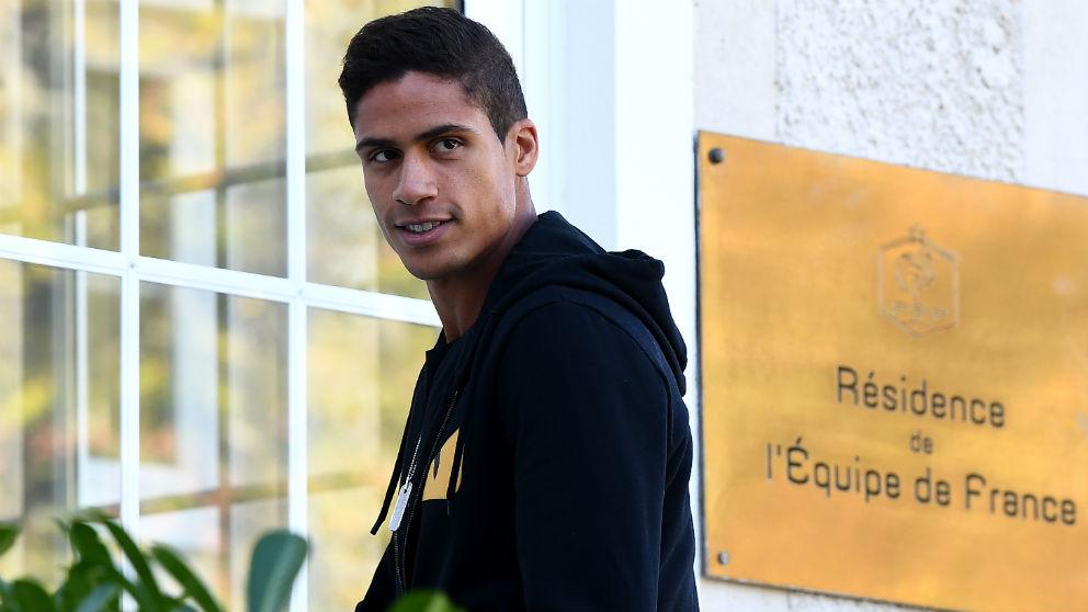 Varane, entrando en la residencia de la selección francesa. (AFP)