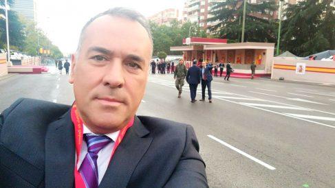 El periodista Xabier Fortes se hace un selfie en el Paseo de la Castellana de Madrid.