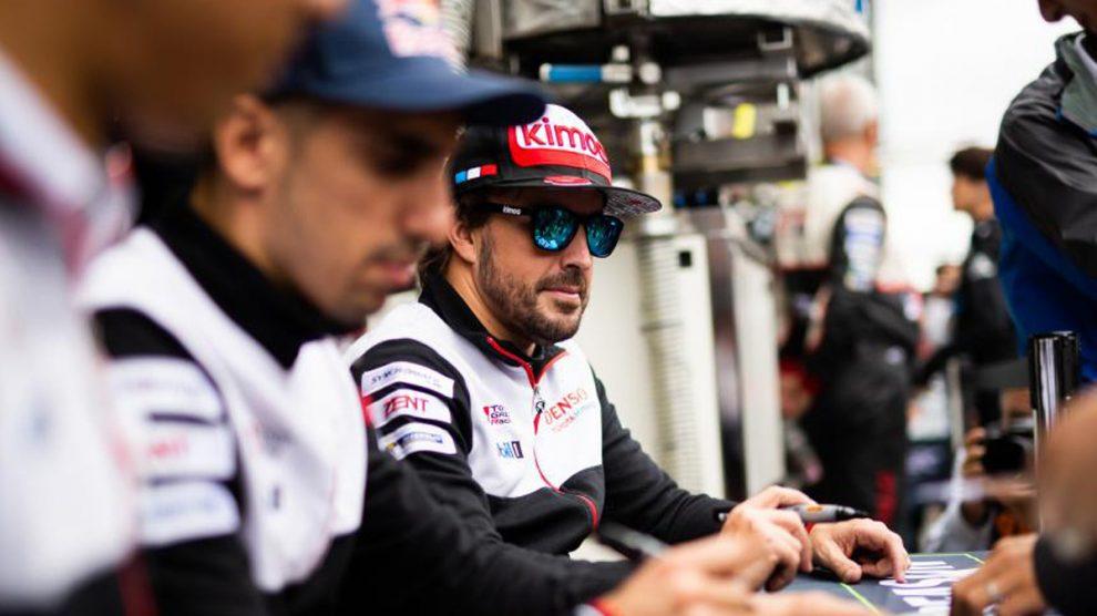 Fernando Alonso, firmando autógrafos en Fuji.
