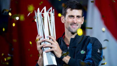 Novak Djokovic posa con el título de campeón en Shanghai. (AFP)
