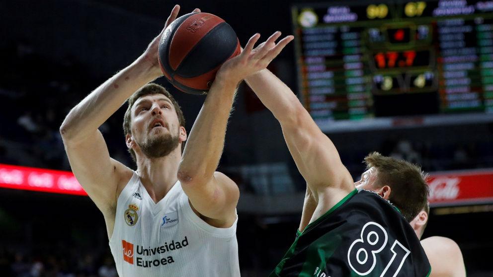Kuzmic tira a canasta en un partido del Madrid. (EFE)