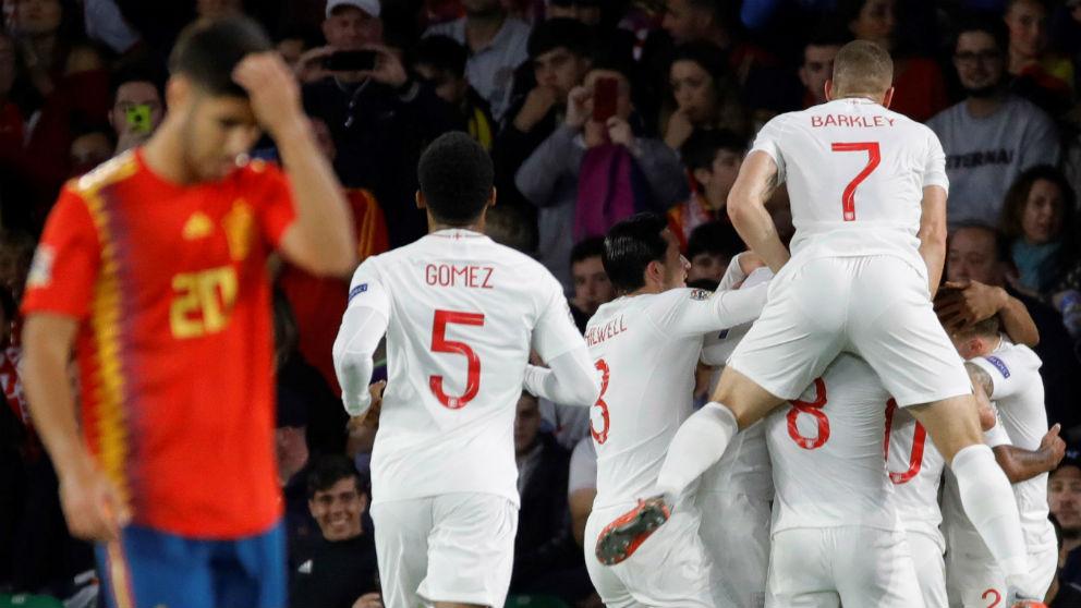 Marco Asensio se lamenta en un gol de Inglaterra a España. (EFE)