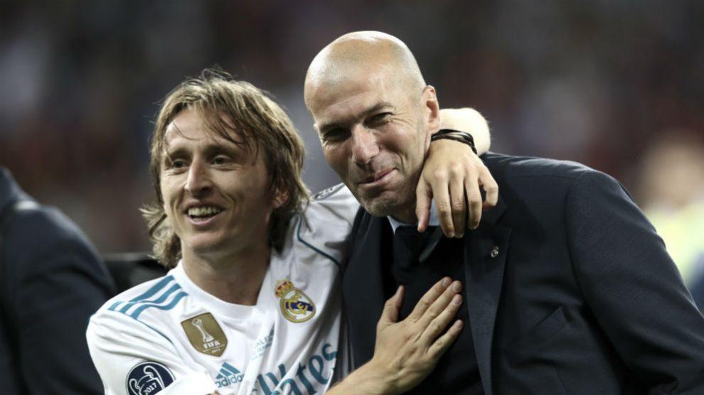 Luka Modric y Zinedine Zidane sonríen tras conquistar la Decimotercera. (AFP)