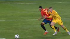 Pickford agarra a Rodrigo en boca de gol.