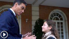 En el vídeo Pedro Sánchez, cede la Moncloa a una niña de nueve años a la que enseña como ser jefa del ejecutivo.