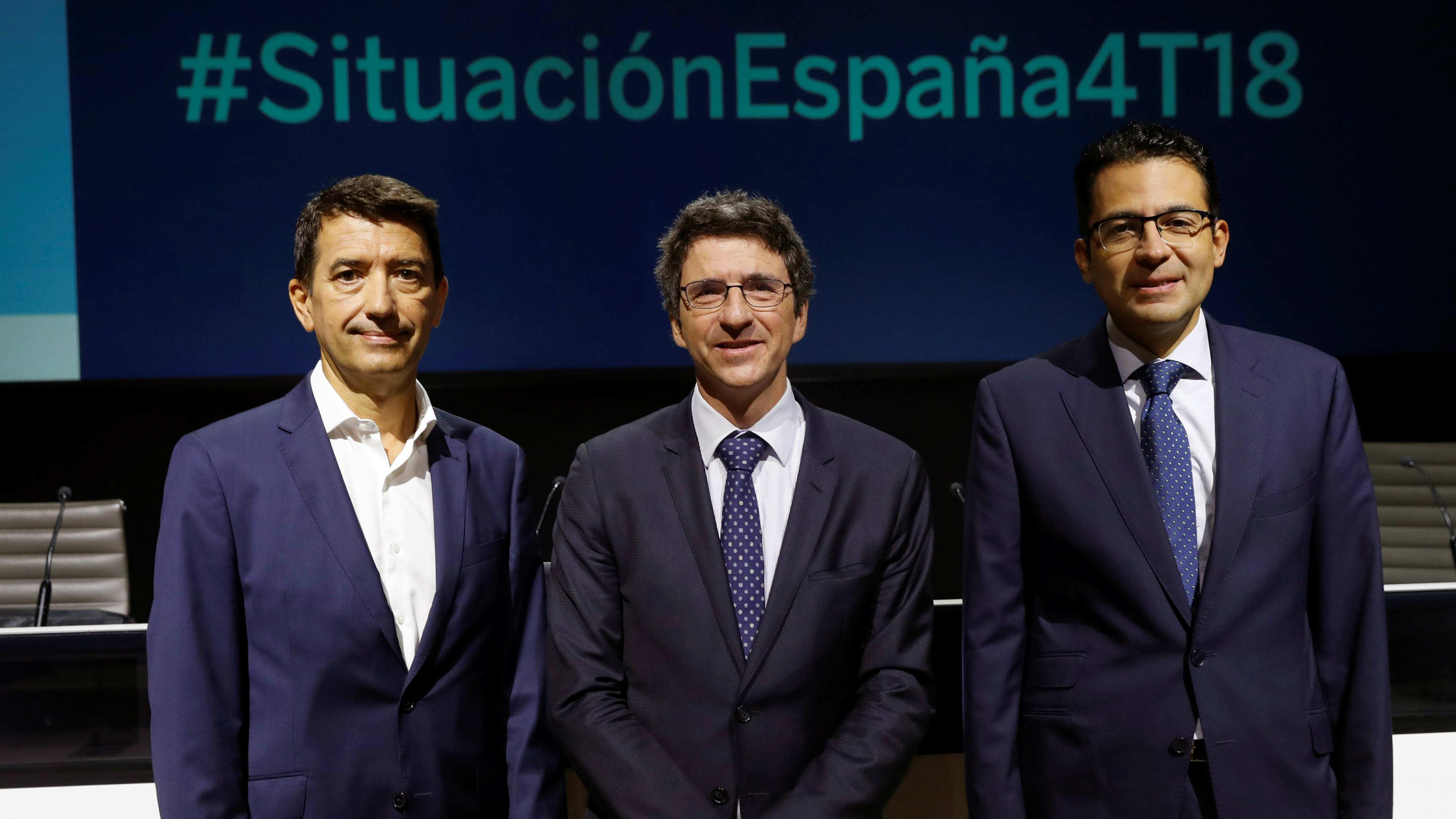 Rafael Doménech (izda), Jorge Sicilia, responsable de Análisis Económico y director de BBVA Research del banco, y Miguel Cardoso, reconomista de España y Portugal BBVA