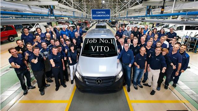 Los operarios de Mercedes en Vitoria junto con una Vito diésel.