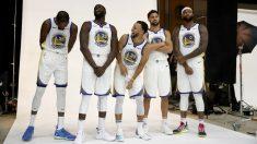 Los jugadores de los Warriors se le pasan en grande en una sesión de fotos. (Getty)