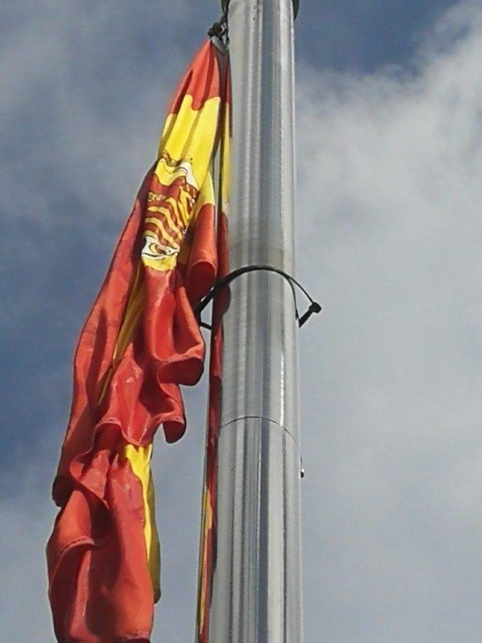 La bandera de España pegada con cola en Pallaresos (Foto: 'Elcatalan.es')