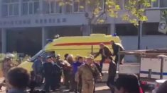 Una ambulancia en el exterior del instituto de Formación Profesional en Crimea donde se ha perpetrado el atentado que ha terminado con 13 muertos. Foto: Twitter