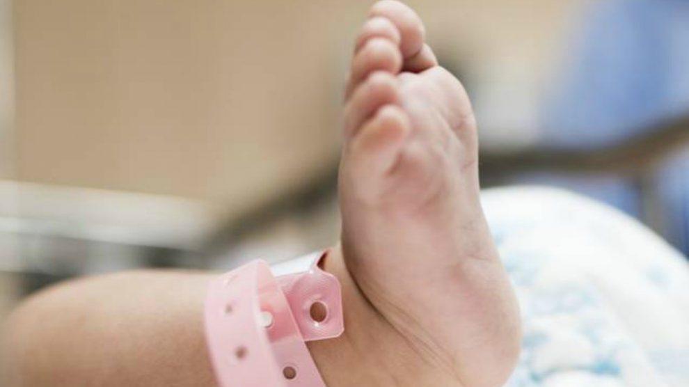 Foto de archivo del pie de un recién nacido.