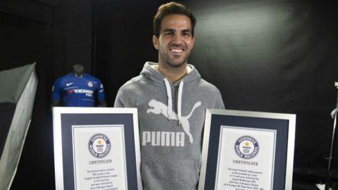 Cesc Fábregas posa con los certificados del Guinness de los Récords. (@cescf4bregas)