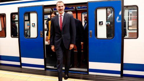 El monarca español Felipe VI bajándose de un vagón del Metro de Madrid para celebrar el centenario del transporte suburbano. Foto: EFE