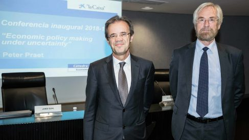 Jordi Gual junto a Peter Praet
