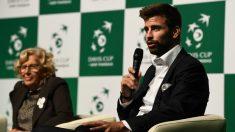 Piqué, en primer plano, en la presentación de la nueva Copa Davis. (AFP)