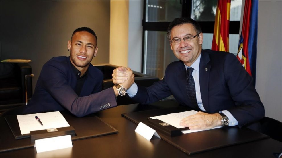 Bartomeu y Neymar, firmando la que fue su última renovación.