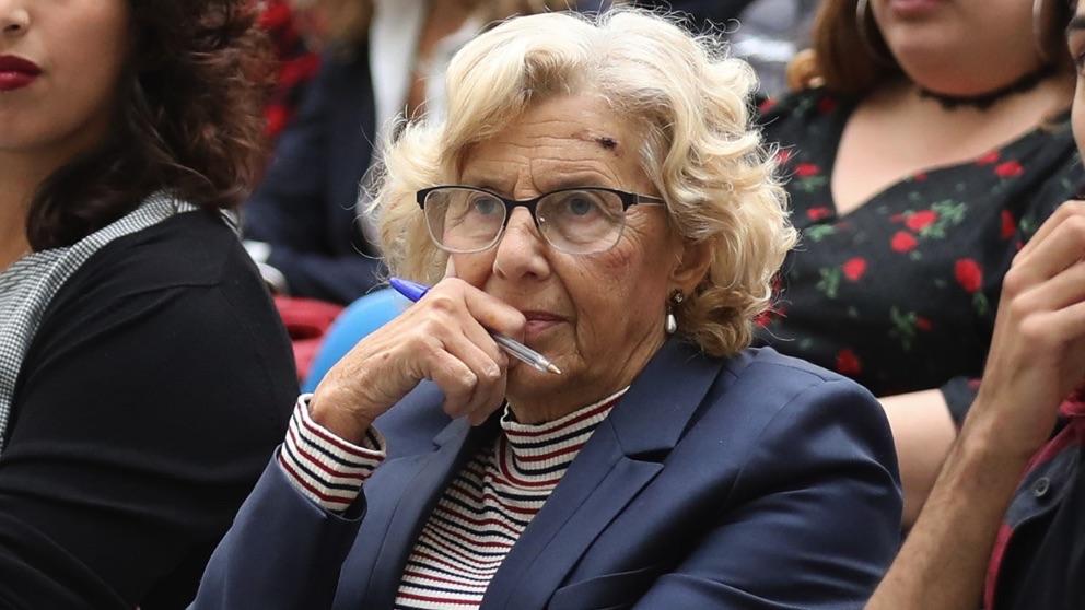 Manuela Carmena con un bolígrafo en la mano. (Foto. Madrid)