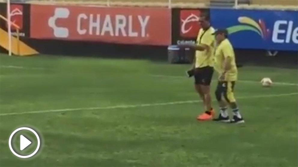 Maradona se presentó al entrenamiento de su equipo sin poder caminar. (@Ivan_Elenes)