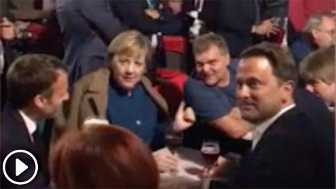 Marcon, Merkel y otros líderes europeos tomando cervezas en pleno centro de Bruselas