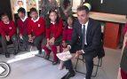"""Sánchez explica a unos niños que para ser presidente """"hay que formarse, pero yo sacaba malas notas"""""""