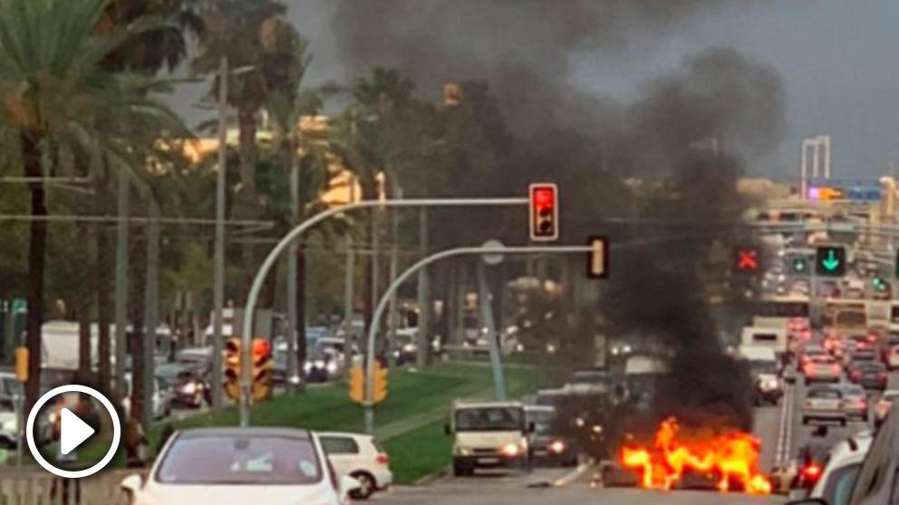 Contenedores quemados en la Avenida Diagonal de Barcelona
