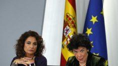 a portavoz isabel Celaá y la ministra de Hacienda, María Jesús Montero este viernes en Moncloa.