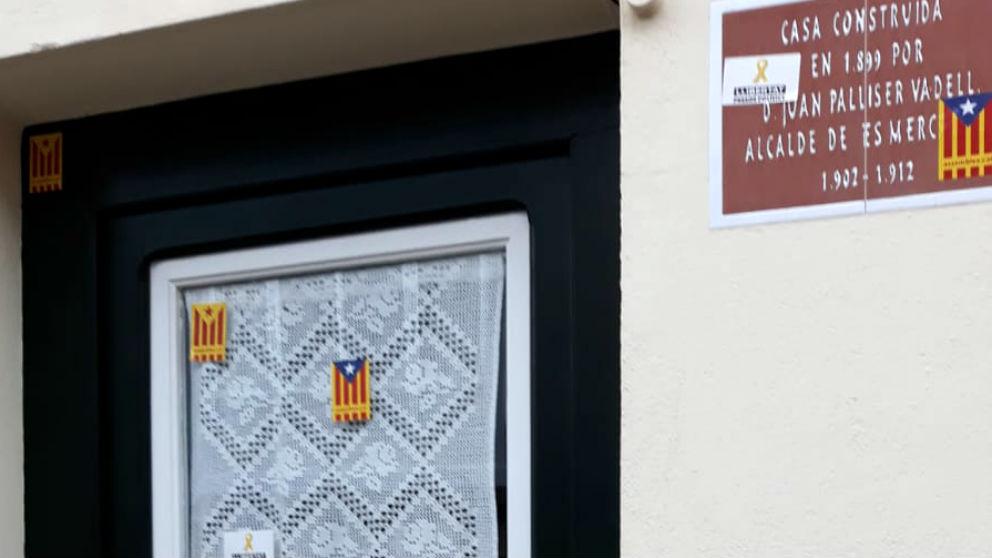 Esteladas y lazos amarillos usados por los separatistas para marcar una vivienda en la que ondeaba la bandera española durante la Fiesta Nacional del 12 de Octubre en Menorca.