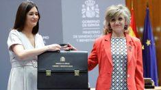 Intercambio de carteras entre Carmen Montón, exministra de Sanidad, y su sucesora, María Luisa Carcedo. (Foto: Efe)