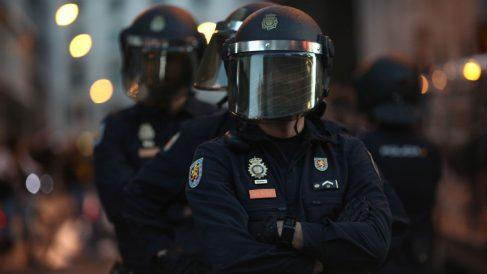 Antidisturbios de la Policía Nacional ante un escrache frente al Congreso. (Foto: EP)