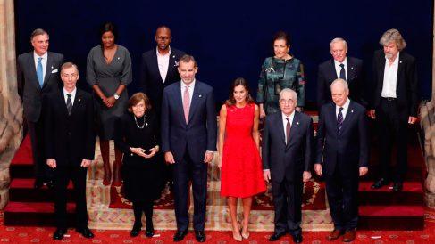 Los reyes Felipe y Letizia posan con todos los premiados en los Premios Princesa de Asturias 2018. Foto: EFE