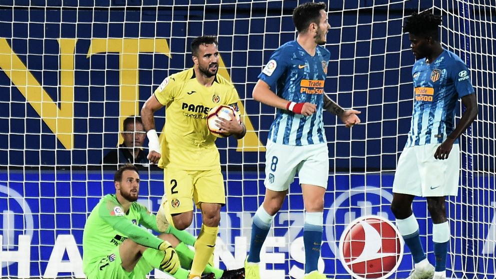 Mario Gaspar coge el balón tras marcar en el Villarreal – Atlético. (AFP)