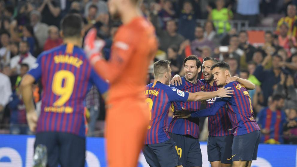 Los jugadores del Barcelona celebran uno de los goles al Sevilla. (AFP)
