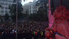 Miles de personas se han congregado frente a la Puerta de los Leones del Congreso para celebrar los 40 años de la Constitución española. Foto: @RNE3