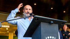 El actor riojano Javier Cámara se dirige al público tras plasmar su huella en el Boulevard del Calzado hoy en Arnedo (La Rioja), dentro del festival de cine Octubre Corto. Foto:EFE