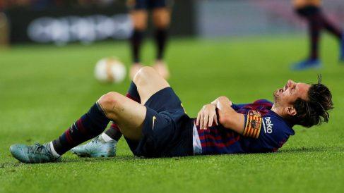 Messi se duele tras la caída. (EFE)