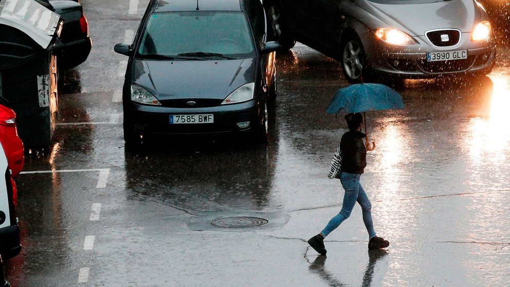 Una persona se protege de la lluvia con un paraguas (Foto: EFE)