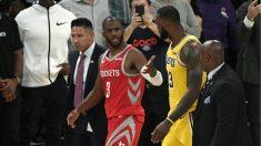 Chis Paul da explicaciones a LeBron tras la pelea. (Getty)