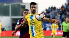 Didac Vila protege un balón ante Álex Gallar. (EFE)
