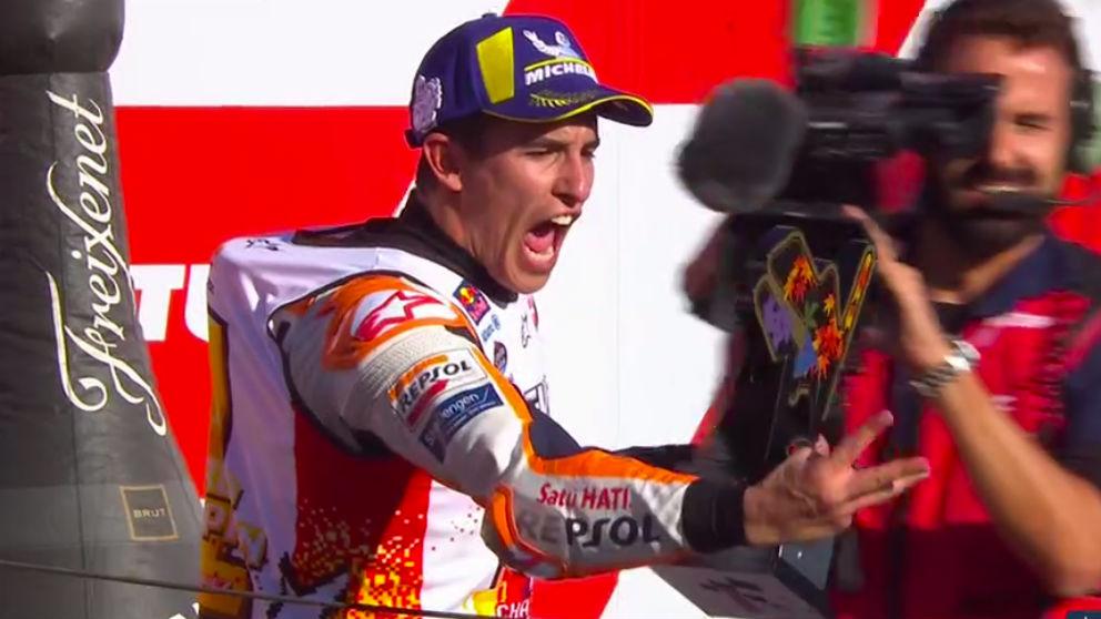 Márquez celebra el título en el podía del GP de Japón.