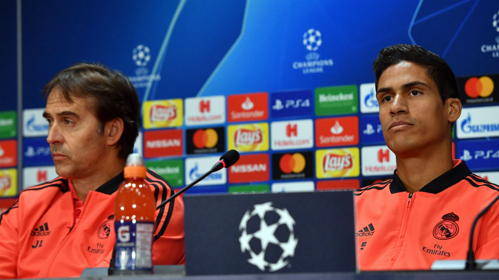 Julen Lopetegui y Raphael Varane en una rueda de prensa del Real Madrid en Champions. (AFP)
