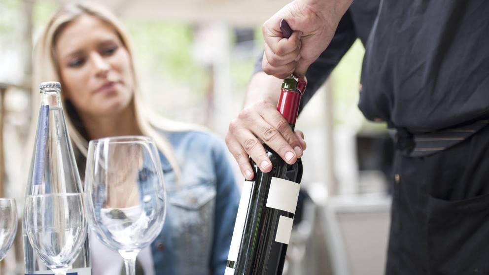 Abrir una botella de vino mal puede hacer que se estropee su contenido