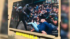 Imagen de una carga policial del 1-O colocada en la fachada del ayuntamiento de Olot (Gerona)