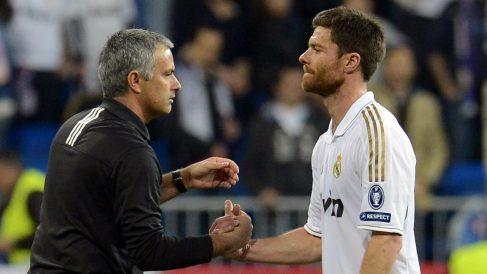 Mourinho y Xabi Alonso se saludan tras un partido.
